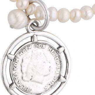 Lange ketting met parels en hanger in de vorm van een munt