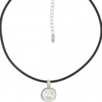 behave® Korte ketting dames rubber koord met ronde zilver kleurige hanger van 2.2 cm doorsnede met crème parel en kristal steentjes