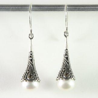 Bewerkte zilveren pegeloorbellen met zoetwater parel