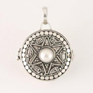 Traditioneel bewerkt rond zilveren medaillon met zoetwater parel