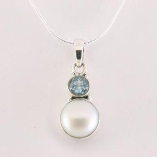Zilveren hanger met zoetwater parel en blauwe topaas aan ketting